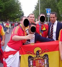 Camps, ex-presidente de Valencia, aprovecha para hacerse unas fotos con unos ultras.